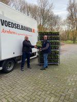 Eef Janssen steekt medewerkers van Voedselbank een hart onder de riem